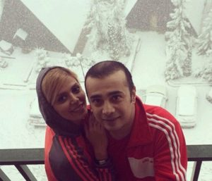 سپند امیر سلیمانی و همسرش با تیپ قرمز در یک روز برفی