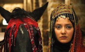 مهناز افشار در فیلم دعوت با لباس سنتی و اسبش