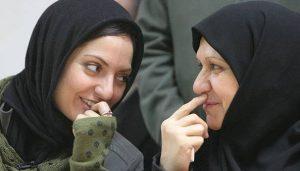 مهناز افشار در حال صحبت با مادرش