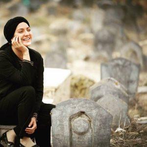 مهناز افشار در سکانسی از یک فیلم با لباس مشکی