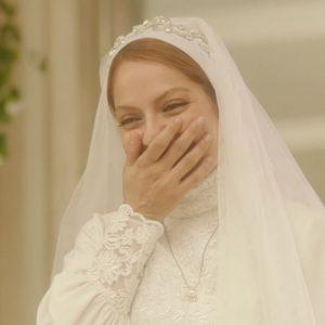 مهناز افشار در لباس عروس در حال خندیدن