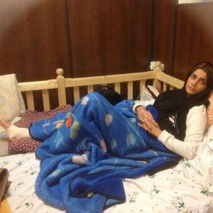 تینا آخوندتبار با پای شکسته روی تخت