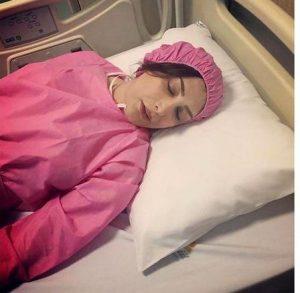 سیما مطلبی روی تخت بیمارستان