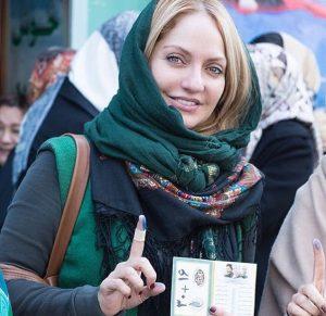 مهناز افشار با لباس سبز در انتخابات 94 بعد از دادن رای