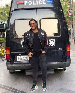 تیپ تابستانی محمدرضا گلزار در سفر به چین در زمان ساخت سریال ساخت ایران ۲