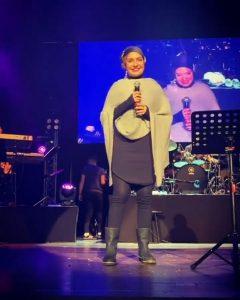 مهناز افشار با لباس زمستانی در کنسرت گوگوش
