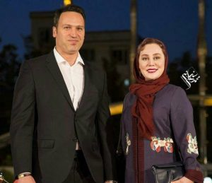 آرام جعفری با شال زرشکی در کنار همسرش