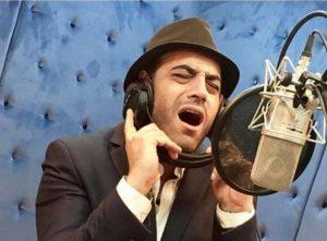 خوانندگی امیریل ارجمند با کت شلوار و کلاه قهوه ای