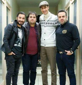 قد بلند بهرام افشاری در کنار دیگر بازیگران با لباس سفید و کلاه