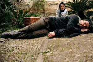 صحنه ای از فیلم در دنیای تو ساعت چند است که علی مصفا در کف حیاط خوابیده