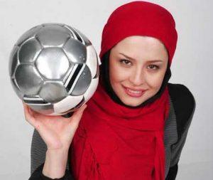 تیپ پرسپولیسی مهراوه شریفی نیا با شال قرمز و یک توپ در دستش