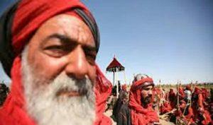 شهید حبیب جنت مکان از یاران ابراهیم در میدان جنگ با لباس قرمز رنگ