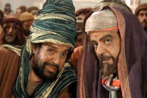 سید جواد زیتونی در نقش عبدا... حضرمی با شالی پیچیده دور سرش
