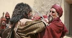 کریم پورزارعی در نقش بکیربن حمران با لباس قرمز رنگ