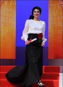 پیراهن لیلا حاتمی با بالاتنه سفید و دامن مشکی در جشنواره کن
