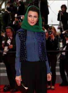 لیلا حاتمی با شال سبز رنگ و لباسی آبی رنگ در فستیوال کن