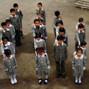 کودکان با لباس های فرم در صف مدرسه در صحنه ای از فیلم در دنیای تو ساعت چند است