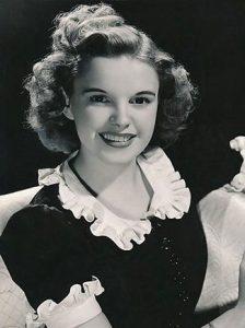 عکس سیاه و سفید جودی گارلند با پیراهن آستین کوتاه - خودکشی بازیگران