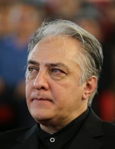 ایرج نوذری با لباس مشکی از بازیگران قد بلند سینمای ایران