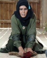 آهو خردمند در نقش همسر اول خولی بن یزید اصبحی در حال پاک کردن خون امام حسین از زمین