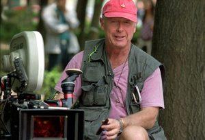 تونی اسکات با تیشرت یاسی و جلیقه در صحنه فیلمبرداری