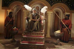 مرحوم داود رشیدی در نقش نعمان بن بشیر انصاری امیر کوفه نشسته بر تخت