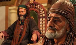 عزیز الله هنرآموز در نقش کاتب دربار با ریش هایی سفید