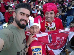 محمد شیرخوانلو در استادیوم با تیپ پرسپولیسی در کنار هوادارانش