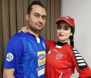 هانیه غلامی با پوشش تیم پرسپولیس و همسرش با پوشش تیم استقلال
