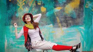 عکس هنری فائزه علوی با لباس سفید و جوراب و جلیقه قرمز