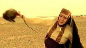 بهناز توکلی در نقش ام وهب در صحرای کربلا در حال پرت کردن سر پسرش