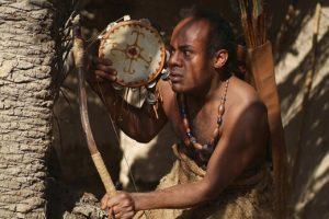 سیروس کهوری نژاد در نقش غلام حرمله در صحنه ای از فیلم در حال کشیک کشیدن