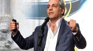 مهران مدیری با تیپ رسمی و کت شلوار طوسی و پیرهن سفید