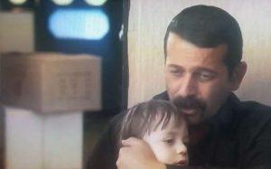 مجید پتکی در صحنه ای از فیلم دلدادگان در نقش عنایت با لباس مشکی