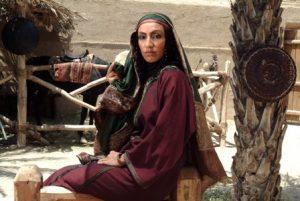 رامونا شاه در نقش حورا همسر دوم خولی در صحنه ای از فیلم نشسته بر تخت