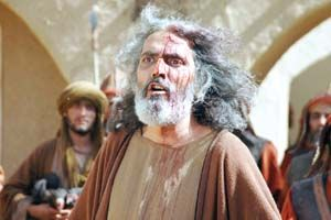 فرخ نعمتی در نقش هانی بن عروه رهبر شیعیان کوفه با سر خونی در حال جنگ