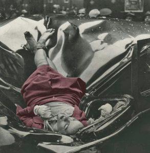 صحنه ی خودکشی اولین مکهیل در حالی که روی ماشین افتاده با لباس قرمز