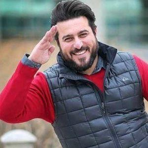 تیپ قرمز پرسپولیسی محسن کیایی با جلیقه بادی مشکی