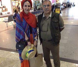 فاطمه گودرزی با لباس سنتی و شال قرمز در کنار عبدالرضا گنجی