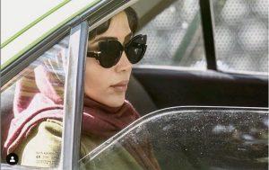 عکس آیتک جاویدنژاد با عینک دودی در فیلم همگناه