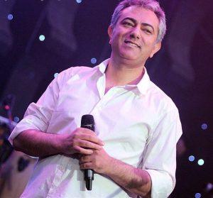 محمدرضا هدایتی با لباس سفید در کنسرت موسیقی