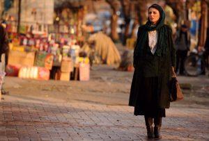 لیلا حاتمی در خیابان های رشت در صحنه ای از فیلم در دنیای تو ساعت چند است