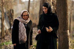 لیلا حاتمی و زری خوشکام در صحنه ای از فیلم در دنیای تو ساعت چند است