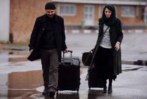علی مصفا و لیلا حاتمی چمدان در دست در صحنه ای از فیلم در دنیای تو ساعت چند است