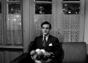 عکسی قدیمی و سیاه و سفید در صحنه ای از فیلم در دنیای تو ساعت چند است