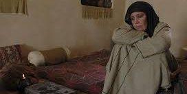 معصومه تقی پور در نقش طوعه -پناه دهنده مسلم بن عقیل چمباتمه زده در صحنه ای از فیلم