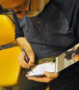 کریستف رضاعی در حال امضای آلبوم فیلم در دنیای تو ساعت چند است