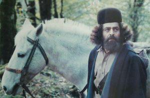عکس رضا میر معنوی در صحنه ای از فیلم با ریش و موهای فر و بلند
