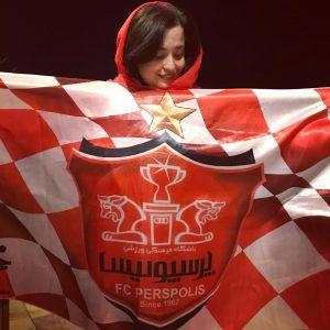 تیپ پرسپولیسی مهراوه شریفی نیا با پرچم تیم محبوبش