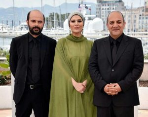 لباس سبز رنگ سحر دولتشاهی در کنار تیپ رسمی علی مصفا و علیرضا آقاخانی